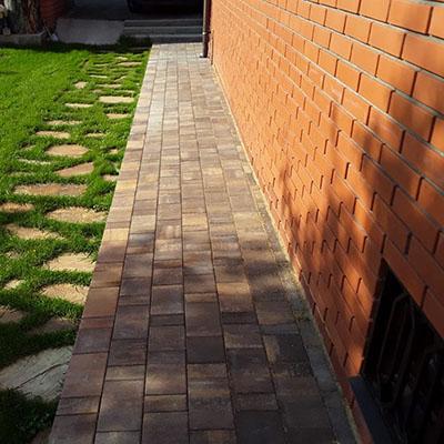 Укладка тротуарной плитки на придомовой территории